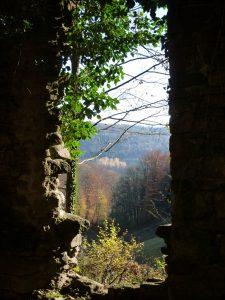 Foto: Durchblick durch eine Mauer