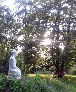 Foto: Buddhafigur im Klostergarten